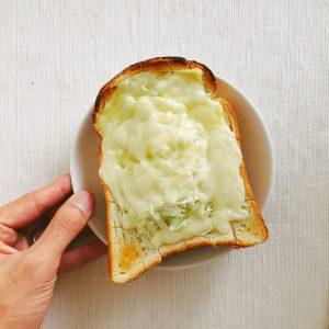 千切りキャベツのせチーズトースト