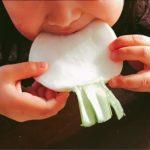 野菜を食べる娘