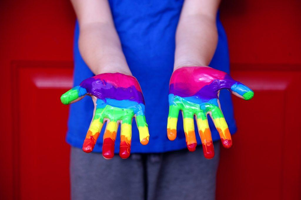 絵の具を手につけた子ども